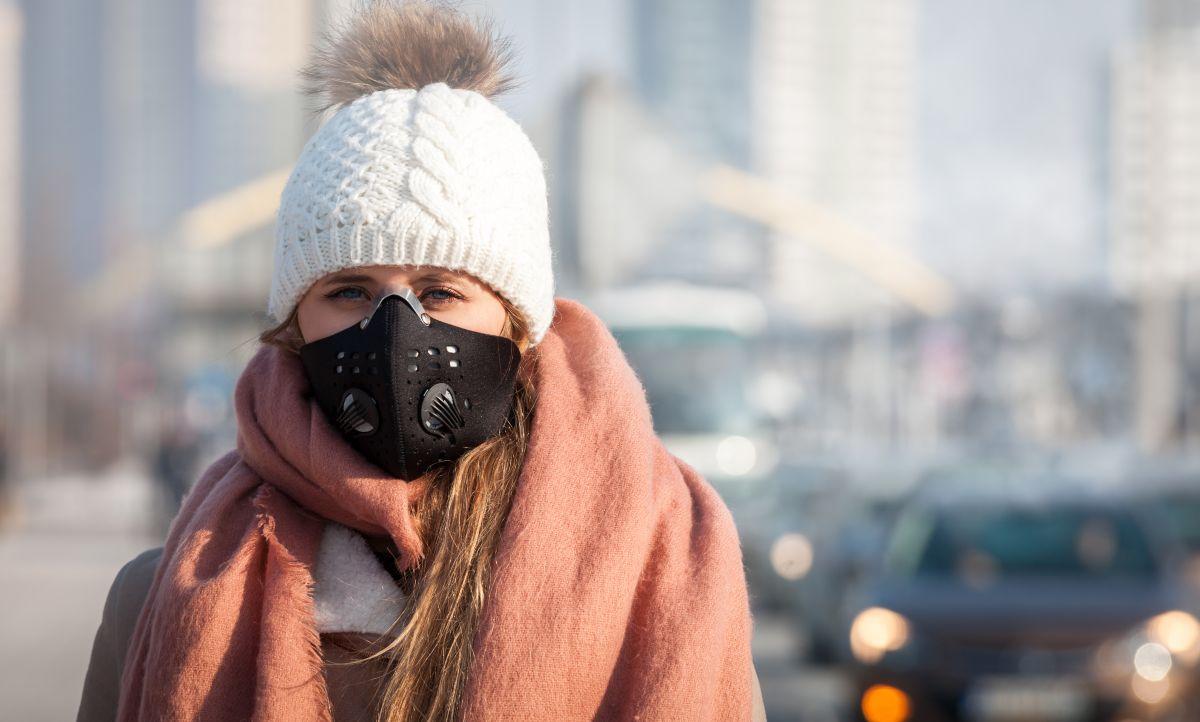 smog v mestu in zaščita z obrazno masko